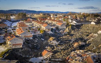LEIRRASET FRA LUFTA: Slik så leirraset på Ask i Gjerdrum ut etter at snøen hadde smeltet. Dronebilde: Lars Eivind Bones/Dagbladet