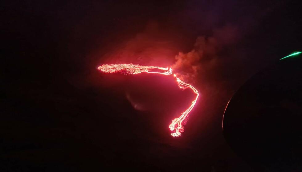 DET FØRSTE BILDET: Det meteorologiske kontoret på Island har offentliggjort dette bildet av vulkanutbruddet tatt fra et kystvakthelikopter. De opplyser at den sørlige enden av lavaen er 2,6 kilometer fra Sudurstrandarvegur. Sprekken hvor utbruddet pågår er omtrent 200 meter langt. Foto: Det meteorologiske kontoret