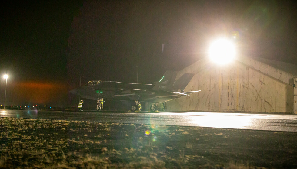 NORSK FLY: Det norske luftforsvaret er utstasjonert på Keflavik flybase 25 kilometer unna vulkanutbruddet. Også der var utbruddet synlig på himmelen. Foto: Forsvaret