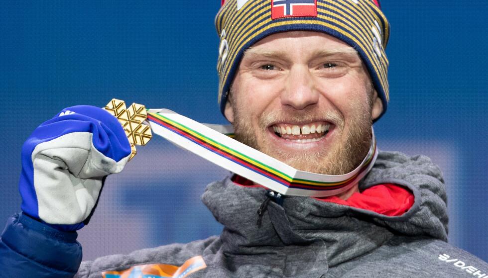 GULLGUTT: Martin Johsnrud Sundby feirer gullet i Seefeld i 2019. FOTO: GEORG HOCHMUTH / APA / AFP