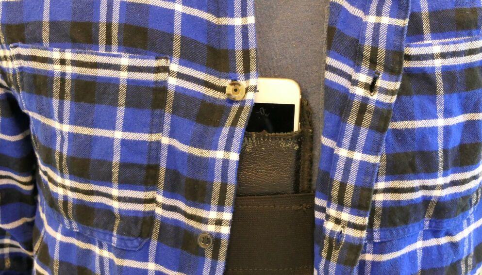 JUKS: Mannen er dømt for å hjelpe jukserne med skjorte uten knapp, en mobiltelefon med knapp, en strikk til å feste mobilen til brystet og en trådløs øreplugg. Foto: Politiet