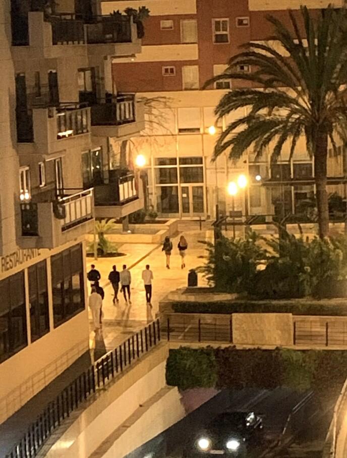 KVELDEN ER OVER: Rett før klokka 23.00 i Marbella lørdag kveld: Folk rusler hjem fra byen. De får ikke lov til å være ute lenger. Foto: Tore Ulrik Bratland