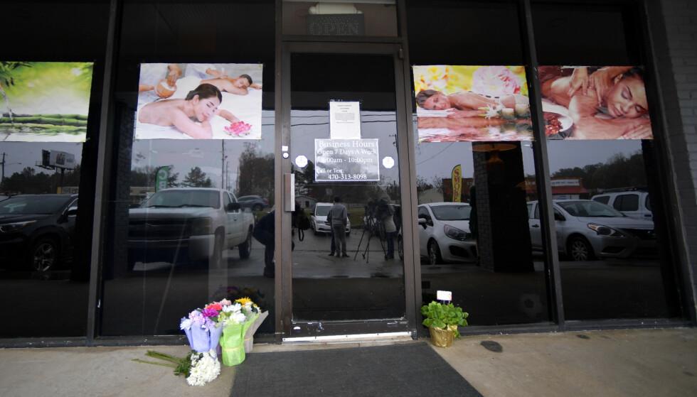 SKYTING: Folk har lagt ned blomster utenfor et av stedene hvor flere personer ble skutt og drept i Atlanta tirsdag. Foto: AP Photo/Mike Stewart