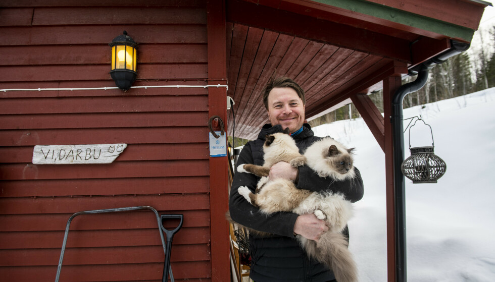 TRE GODE VENNER: Vidar Korsberg Dalsbø har navngitt hytta Nando-tunet, oppkalt etter katten Nando som døde i vår. Nandos søster, Peri, og en ny kattunge, Fazenda, bor sammen med ham på hytta. Nandotunet ligger en drøy halvtime fra Trysilfjellet og to timers kjøring fra Oslo. Foto: Lars Eivind Bones