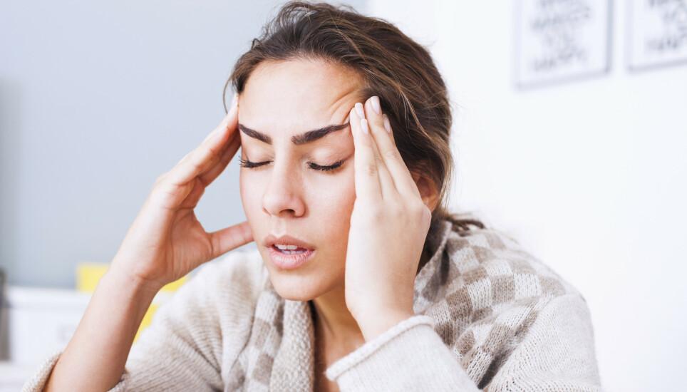 ANFALL: Migrene kan variere i styrke, men heldigvis finnes det noen metoder for å bedre anfallene. Illustrasjonsfoto: Shutterstock / NTB Scanpix