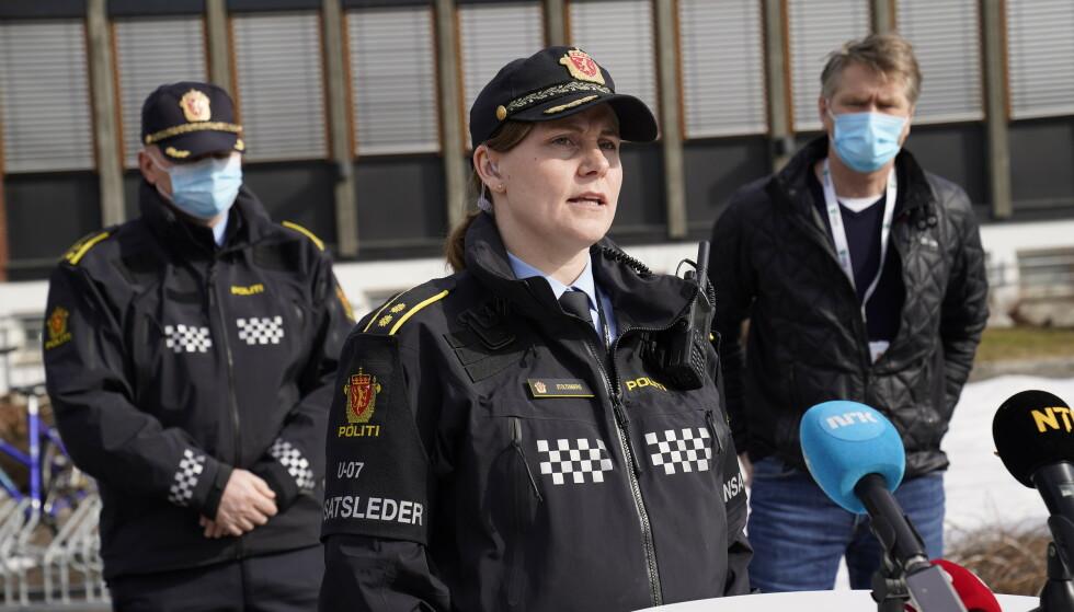 FORNØYD: Politiets innsatsleder Marit Stoltenberg orienterer pressen om funnet av den avdøde personen torsdag. Seksjonsleder Anders Mansaas og ordfører Anders Østensen deltok også på pressekonferansen. Foto: Torstein Bøe / NTB