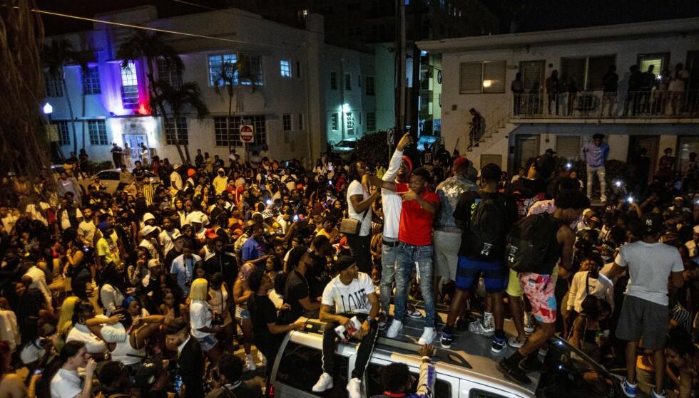 FOLKEMENGDER: Bilder fra Miami Beach i Florida viser gater med store folkemengder og festtilstander. Foto: Daniel A. Varela / Miami Herald / AP / NTB