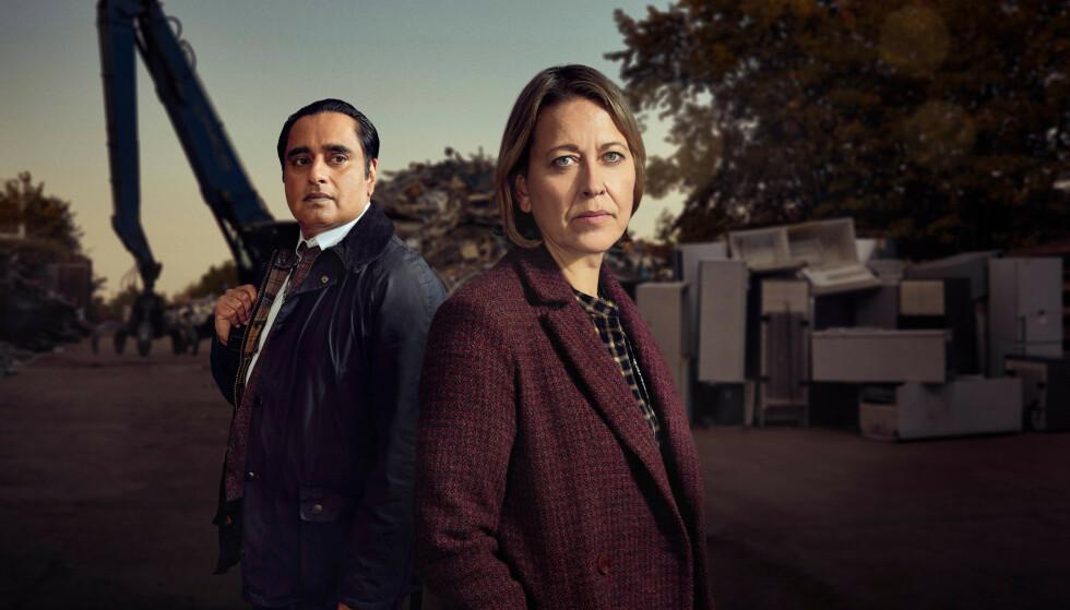 Nicola Walker og Sanjeev Bhaskar som Cassie og Sunny i Nedgravde hemmeligheter.
