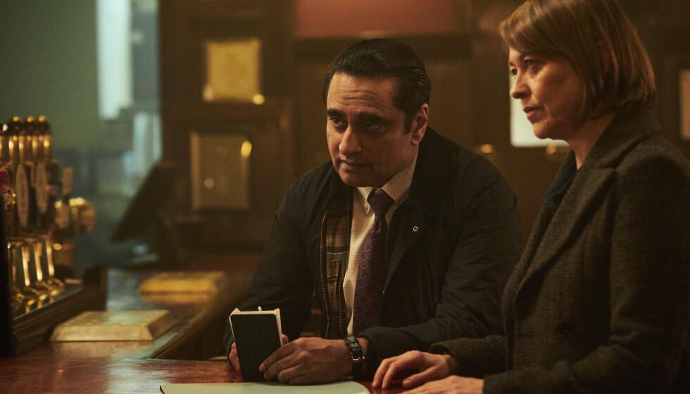 BRA DUO: Cassie (Nicola Walker) og Sunny (Sanjeev Bhaskar) er igjen å finne sammen for å nøste opp drapsmysterier fra støvets arkiver. Sesong fire er like god som de tre andre, mener vår anmelder. Foto: NRK