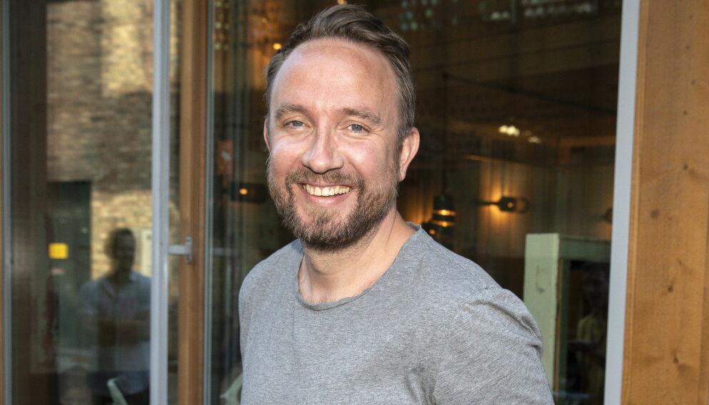 MYE TV: Tiden står ikke stille for Bernt Hulsker, som er aktuell i en rekke tv-satsninger om dagen. Nå røper han et ukjent, rørende øyeblikk fra «Kompani Lauritzen». Foto: Andreas Fadum