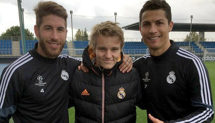 STORMØTE: Sergio Ramos (t.v.) og Cristiano Ronaldo var to av de første stjernene Martin Ødegaard hilste på da han kom til Real Madrid i 2015. Foto: NTB