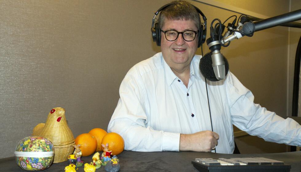 RADIO PÅ TV: Viggo Valle har ledet den radiosendte spørrekonkurransen «Påskelabyrinten» på NRK Radio siden 1987. I år vises programmet også for første gang på TV. Foto: NRK