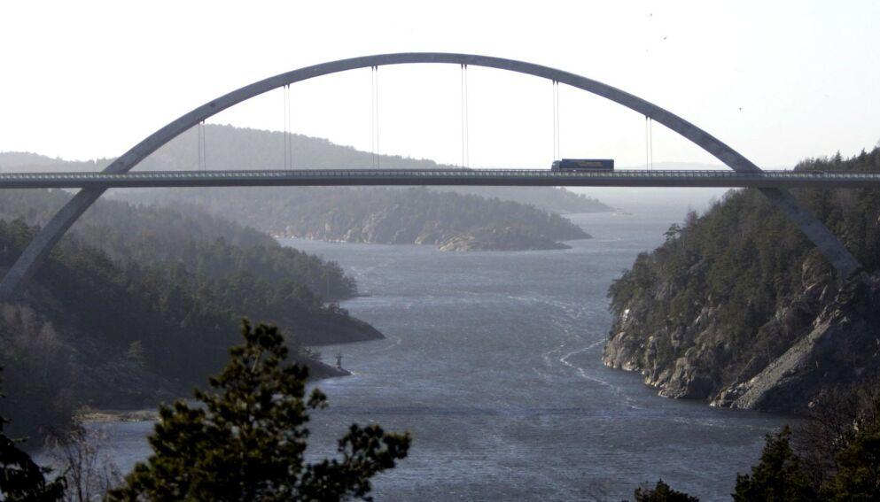 LANDEMERKE: Svinesundsbroen er den mest trafikkerte grenseovergangen i Norge. Nå er broen nedbetalt og det er slutt på bompenger. Foto : Adam Ihse / NTB