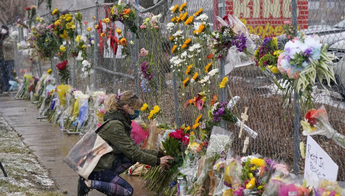 Husk de døde: Mange setter blomster utenfor supermarkedet for å vise sin støtte til de overlevende etter mandagens skyting. Foto: David Salubowski / AP / NTB