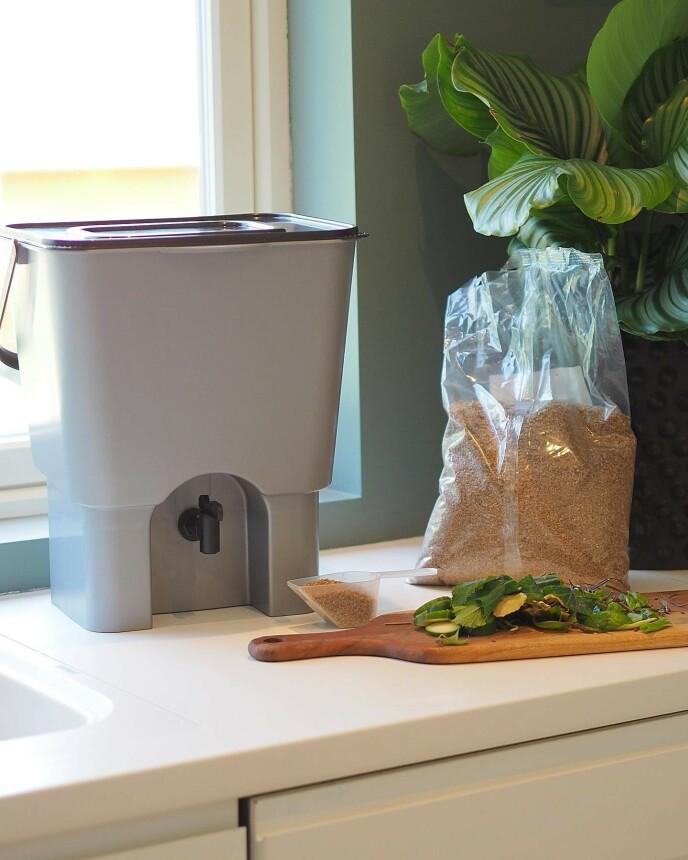 MATJORD: La matavfallet jobbe for deg! Putt det i kompostbøtten - etter to uker har du matjord.