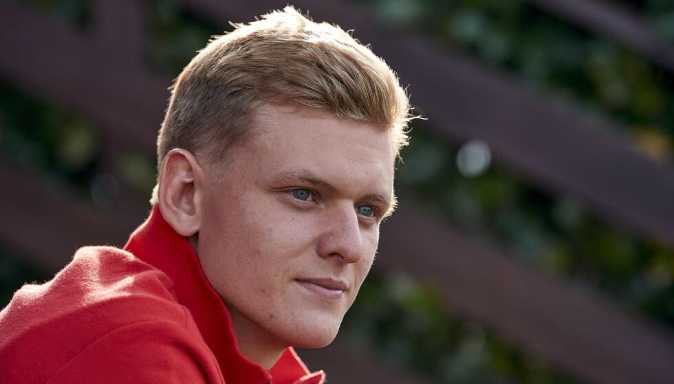 MYE Å LEVE OPP TIL: Mick Schumacher skal til søndag gå i farens fotspor og debutere i Formel 1, her fra et besøk hos Ferrari i 2020. Foto: AFP/Handout