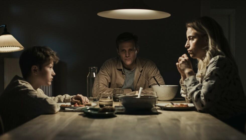 PÅSKEKRIM: I «Den som dreper – Mørket», spiller Tobias Santelmann kanskje sin mest uhyggelige rolle hittil, som en tilsynelatende velfungerende familiefar som forvandles til en kaldblodig morder av unge menn når mørket senker seg. Foto: Viaplay