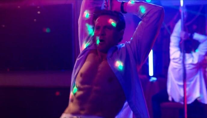 IMPONERER: Karakteren Henrik kaster seg rundt stanga i en strippebule i sesong to av Exit. Foto: Skjermdump/NRK