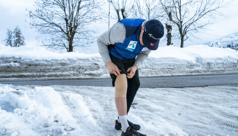 MÅTTE HJEM: Adrian Smiseth Sejersted vistte fram kneet før han dro hjem fra alpin-VM uten å ha kjørt ett renn. Foto: Torstein Bøe / NTB