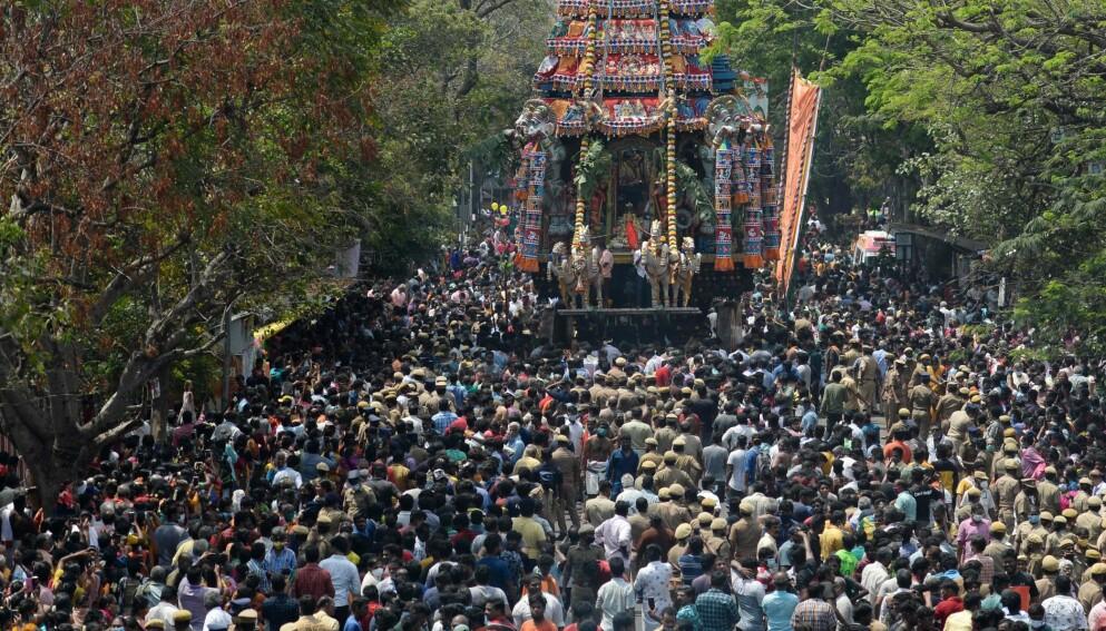PROBLEMER: India har beveget seg inn i andre smittebølge. En av årsakene det pekes på, er manglende fokus på smittevern blant befolkningen. Her fra en seremoni i Chennai on March torsdag denne uka Foto: Arun Sankar / AFP / NTB