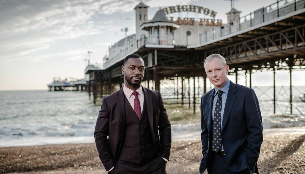 DEPRIMERT I PARADIS: Politimennene Grace (John Simm) og Branson (Richie Campbell) kjemper mot klokken i «Grace». Foto: NRK