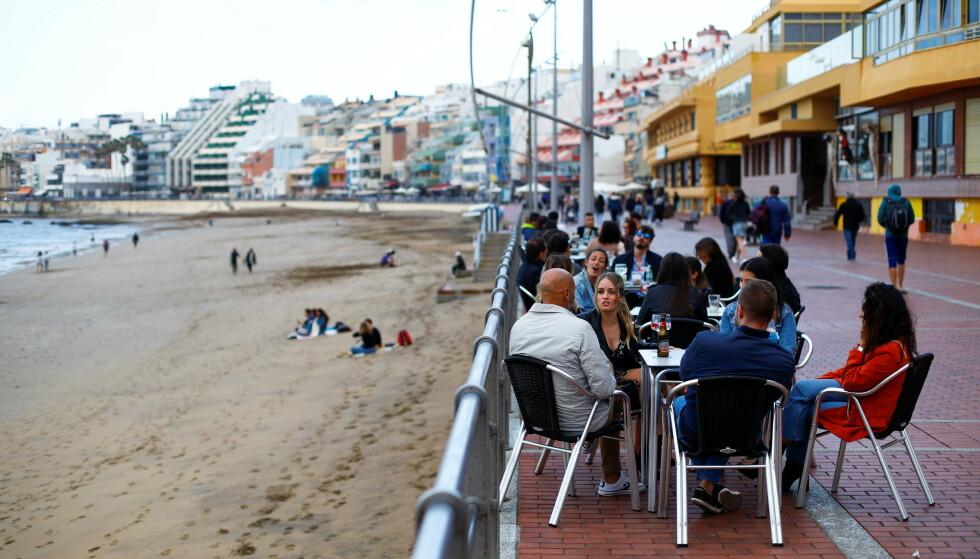 TYSKE TURISTER TILBAKE: Her på Las Canteras Beach på Gran Canaria forrige søndag. Foto: Borja Suarez / Reuters/ NTB