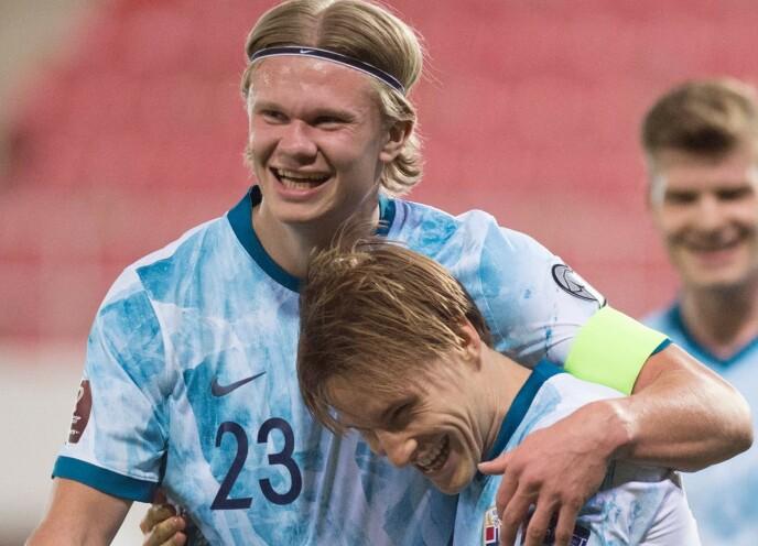 STOLT: Erling Braut Haaland fikk prøve seg som kaptein mot Gibraltar da Martin Ødegaard måtte ut. Her gratulerer han Jonas Svensson med 3-0-scoringen. Foto: NTB