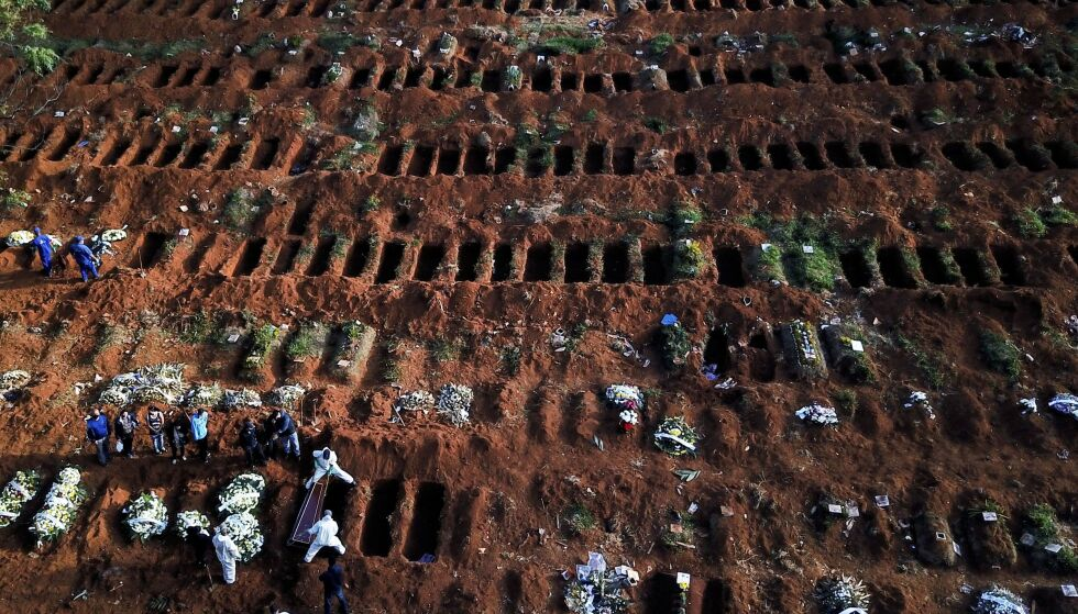OVERFYLTE GRAVPLASSER: Arbeidere jobber med å grave ut flere plasser til kister med coronaofre. Her fra brasils største kirkegård i São Paulo. Foto: Amanda Perobelli / Reuters / NTB