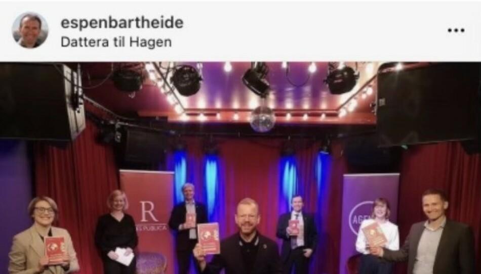 BRUDD: Dette bildet, med sju personer på scenen samtidig, er brudd på smittevernreglene i Oslo. Forlaget beklager at Kari Elisabeth Kaski, Heikki Holmås og Espen Barth Eide ble stilt i denne situasjonen. Foto: Instagram