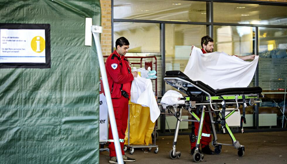STORT ANTALL PASIENTER: Ambulasnsepersonell klargjør til en ny pasient ved Ullevål sykehus. De siste ukene har innleggelsene skutt i været. Foto: Nina Hansen / DAGBLADET