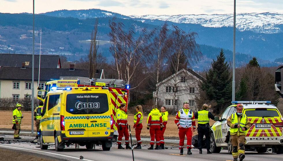 DØDSULYKKE: Mannskaper og biler fra nødetatene på stedet der en person omkom i kollisjon mellom en lastebil og en personbil på E39 i Melhus fredag. Foto: Frank Valde / NTB