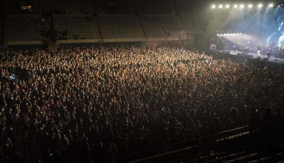 STÅR TETT: Det ble ikke praktisert sosial distansering under konserten lørdag. Foto: NTB / AP Photo / Emilio Morenatti