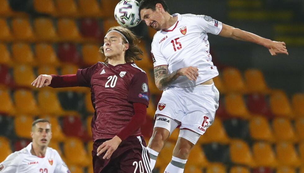 DUELLSTERK: Stefan Savić er en svært god midtstopper, men nå skal han bryne seg på Erling Braut Haaland. Her fra seieren mot Latvia. Foto: Ints Kalnins/Reuters