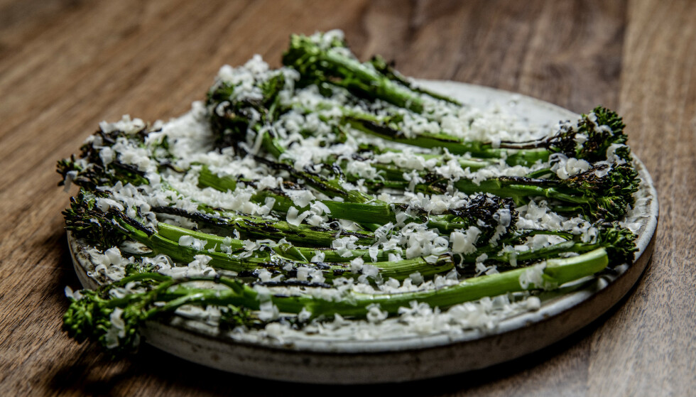 SMAKSRIK: Svensson topper brokkolini med revet prästost, en nydelig, fyldig og rund, svensk ost.