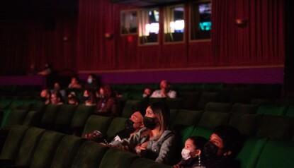 FOLKETOMT: Disneys konsersjef mener at kinogåing aldri vil bli det samme, og at flere kommer til å foretrekke filmtitting hjemme. Her fra en kinopremiere i Los Angeles rett etter at byen fikk åpne sine kinoer igjen. Foto: NTB/Shutterstock.