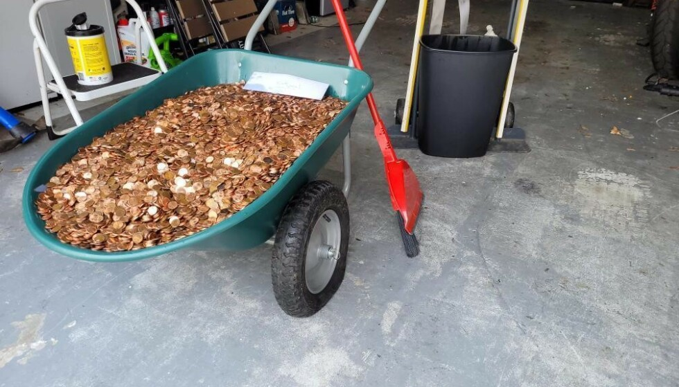 ØDLAGTE DEKK: Dekkene på trillebåra punkterte etter at alle myntene ble lagt i. Foto: Olivia Oxley