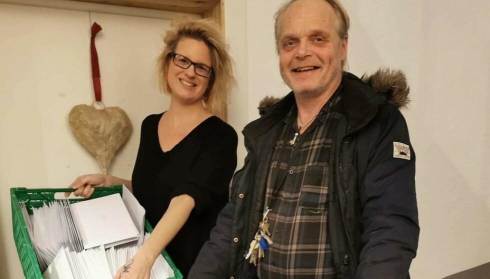 GODE HJELPERE: Sverre Rusten har jobbet for Fattighuset og gjort en forskjell i lang tid. Her sammen med styremedlem for Fattighuset, Eva Helen Moen Gulbrandsen. Foto: Lisbeth Hvalby