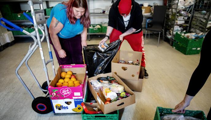 MYE MÅ KASTES: Diana Altenborn og Timmi Moen Guldbrandsen sorterer varer de frivillige har hentet hos en lokal butikk. Foto: Nina Hansen / DAGBLADET