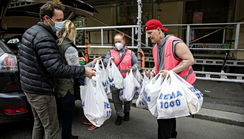 HANDLET INN: Et par ankom onsdag morgen med bagasjerommet fylt av mat. Foto: Nina Hansen / Dagbladet