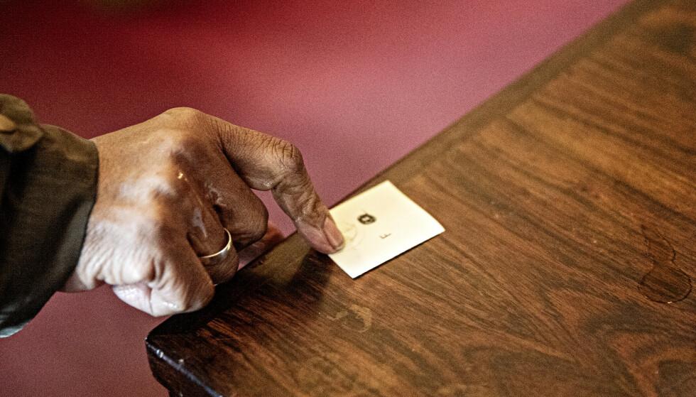 KØLAPP: I Grønland kirke deles det ut lapper til dem som skal stille seg opp i køen. Foto: Nina Hansen / Dagbladet
