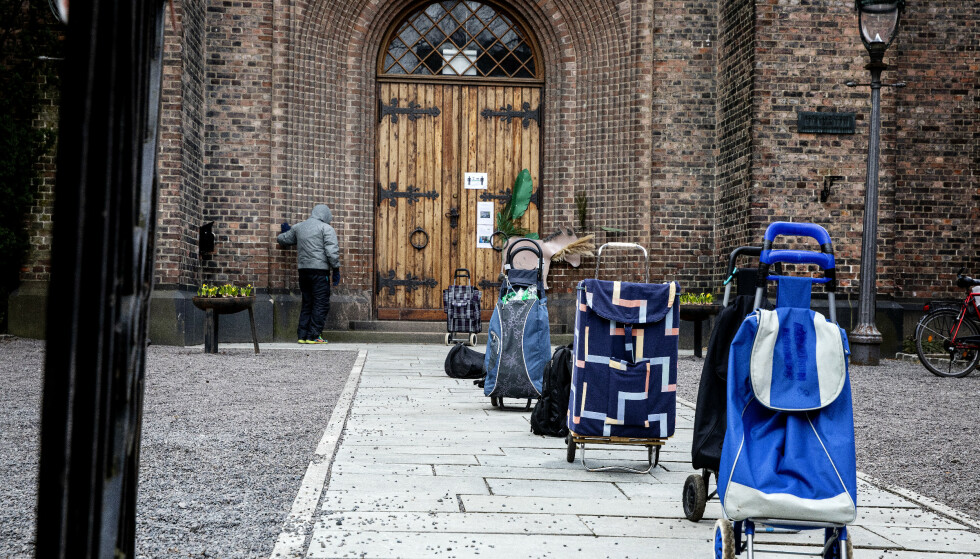 KØ: Allerede ved inngangen til kirken der folk får kølapper, har folk stilt bagene sine på rekke. Foto: Nina Hansen / Dagbladet