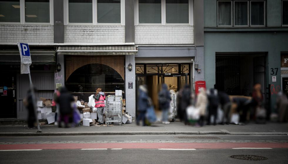 ENDELIG FREMME: Flere har ventet i godt over to timer, før de får med seg en pose hjem. Foto: Nina Hansen / Dagbladet