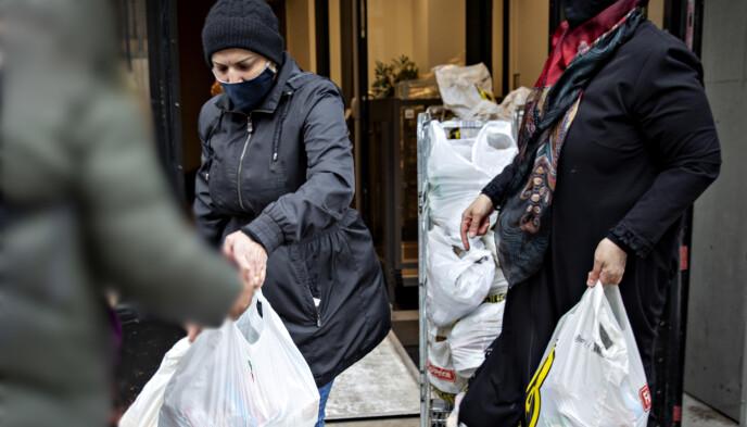 DELER UT: Frivillig Hannah Hassan deler ut en velfylt pose med mat. Foto: Nina Hansen / Dagbladet