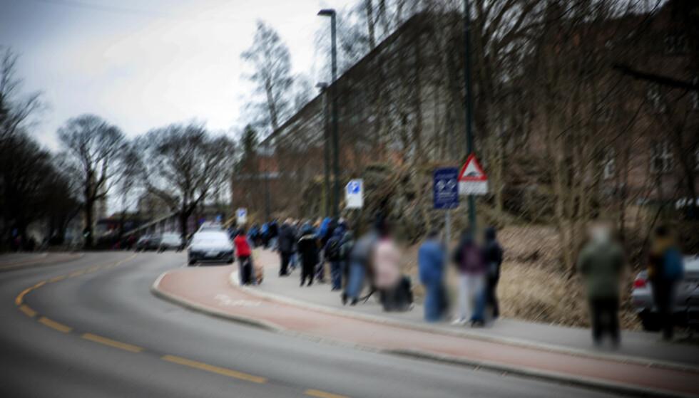 KØ: Mange setter pris på Fattighusets matutdelingstilbud. Køene strakk seg rundt kvartalet innen klokka 11 onsdag formiddag. Foto: Nina Hansen / Dagbladet