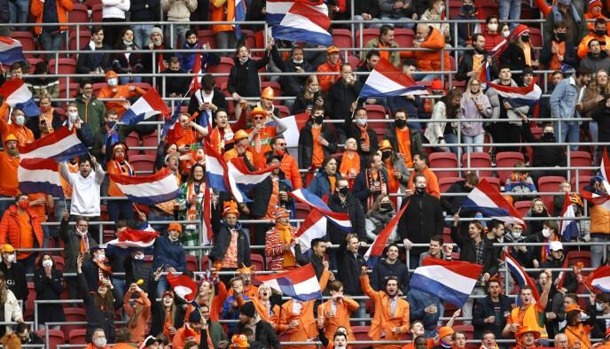 EKSPERIMENTERER: Lørdag 27. mars var 5000 tilskuere til stede på fotballkampen mellom Nederland og Latvia i Amsterdam. Samtlige måtte ha negativt prøvesvar på coronatest før de slapp inn. Foto: AFP / NTB.