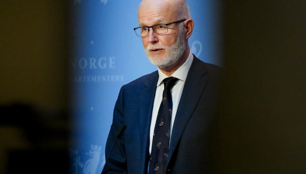 BEKYMRET: Helsedirektør Bjørn Guldvog sier det høye antallet coronainnlagte på norske sykehus er alvorlig. Her under en pressekonferanse om coronasituasjonen 17. mars. Arkivfoto: Lise Åserud / NTB