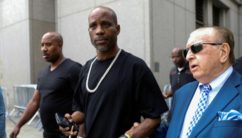 PÅ SYKEHUS: Tilstanden til Earl Simmons, bedre kjent som DMX, er fortsatt kritisk etter at han pådro seg et hjerteinfarkt fredag kveld. Til høyre rapperens advokat Murray Richman. Foto: Brendan McDermid / Reuters