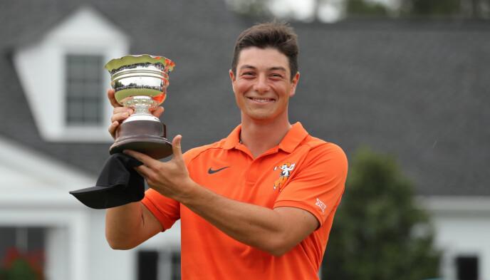 LOW AMATEUR: Viktor Hovland mottar trofeet for beste amatør i Masters 2019. Foto: REUTERS/Lucy Nicholson
