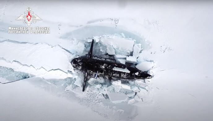 BRYTER: En russisk atomubåt bryter gjennom isen 26. mars. Foto: Det russiske forsvaret / AP / NTB