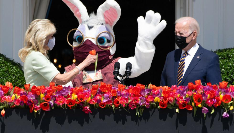HVOR HOPPER: Påskeharen? Jo, til venstre. Her sammen med president-paret, Jill og Joe Biden. Foto: AFP / NTB
